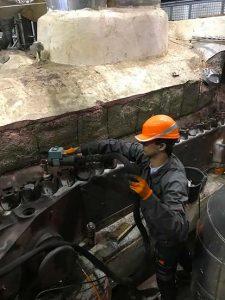 Un membre de First Bolting qui réalise un serrage par induction sur site